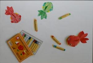 exid15351wid12939 / ぬいぐるみの金魚とクレパスで描かれた金魚たち